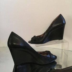 BCBG BLACK LEATHER PEEP TOE WEDGE WITH BOW DETAIL
